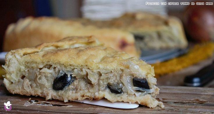 Focaccia con cipolle, tonno ed olive nere