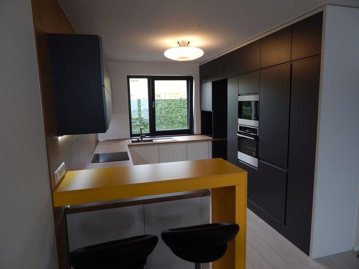 kuchyňa s dvierkami trachea a barovým pultom/kitchen