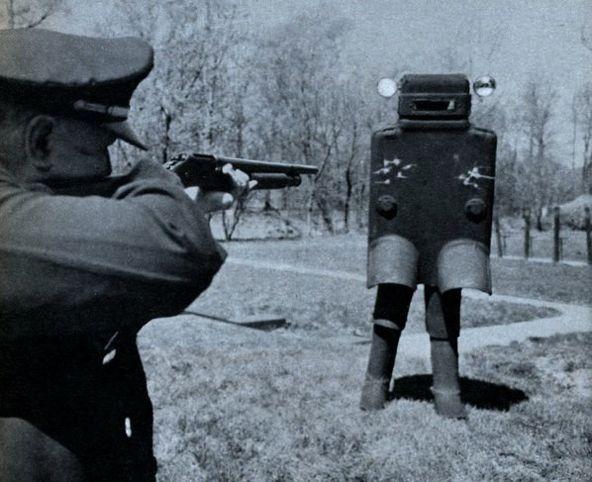 地球を侵略しにやって来た異星の知的生命体の先兵であるロボットを迎撃している熱い地球防衛活動かと思ったら違った(1958年に行われた、ボディアーマーのテスト。30キロ近い重量のプラスティック製アーマー、ヘッドライト付)