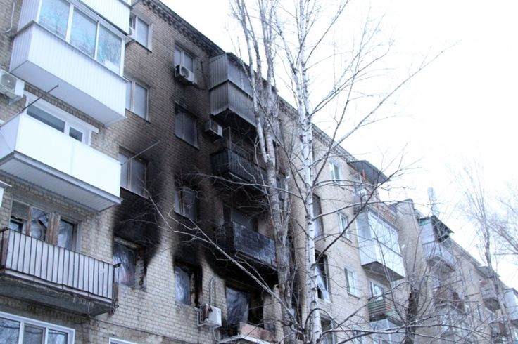 В Саратове в результате взрыва газа в жилом доме скончался мужчина.  37-лений Роман Денисов являлся владельцем квартиры в доме №11 по Московскому шоссе, где произошел взрыв и пожар. Спасая своего ребенка, он получил множественные ожоги тела. Мужчина был жив, когда приехали спасатели, но позже скончался в одной из клиник. «37-летний мужчина получил более 90% ожогов тела, врачи сделали все возможное для его спасения, но их усилия не дали результата», — сообщил представитель министерства…