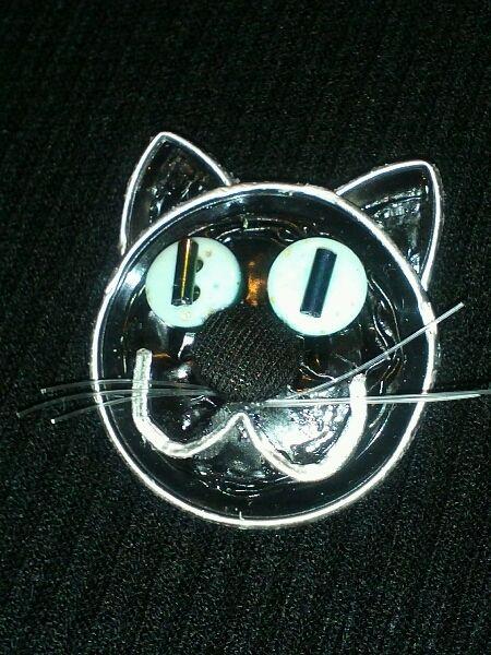 Brooch, black cat, Nespresso capsules, buttons // Broche, gato negro, capsulas Nespresso, botones