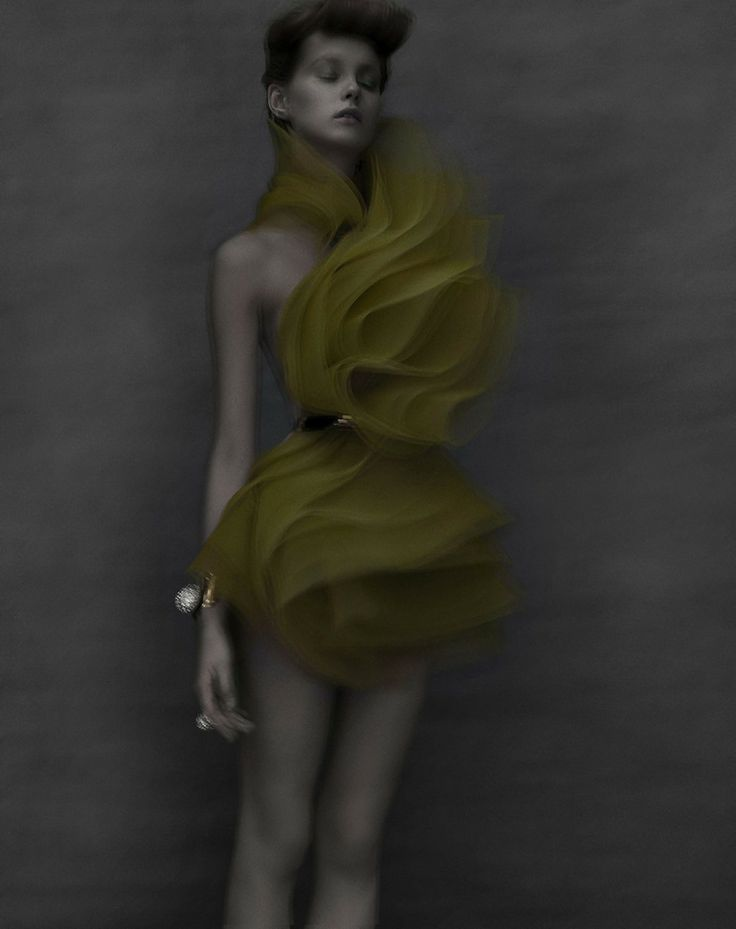 Volants de crin... Alexandre Vauthier couture. Manchette Roger Vivier (photo Sarah Moon)