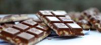 Ingrédients pour 6 pièces - 200 gr de chocolat noir pâtissier (ou au lait, si vous préférez) - 110 gr de chocolat blanc pâtissier - 35 gr de céréales au riz soufflé (nature) - 50 gr de lait concentré sucré