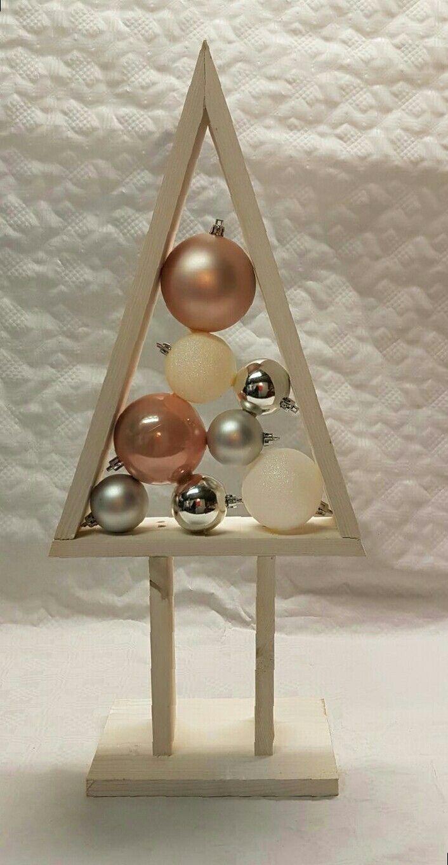 Houten kerstboom, wit gevuld met kerstballen zilver, wit en zalm