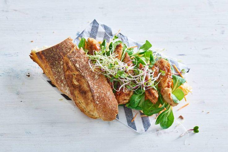 Konden we elke dag maar lunchen met dit broodje met heerlijk zoete kip - Recept - Allerhande