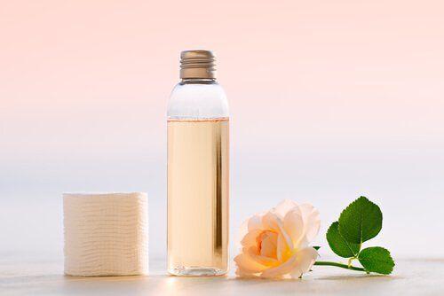 Prepara un tónico facial casero ligero y refrescante que te ayudará a regular el sebo de la piel y a combatir granos y acné.