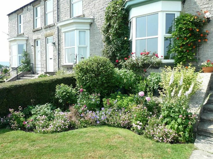 Beautiful little garden in front of a terraced house and a lovely bay window.