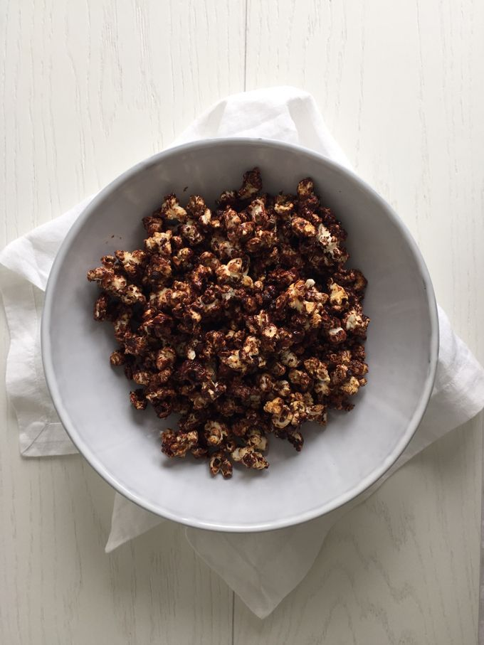 Raw chocolate popcorn - perfect combination of sweet and salty // Raakasuklaapopcornit - suolaisen ja makean täydellinen  combo (by Karita Tykkä)