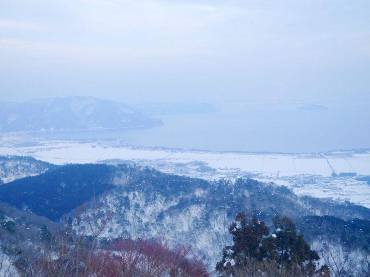淡海なでしこ百景のピンをフォローする 函館山スキー場ロープウェイから見える景色のフリー素材写真は、滋賀県高島市にある函館山の頂上へ続くロープウェイから見える雪景色を写した写真です。[ddownload i