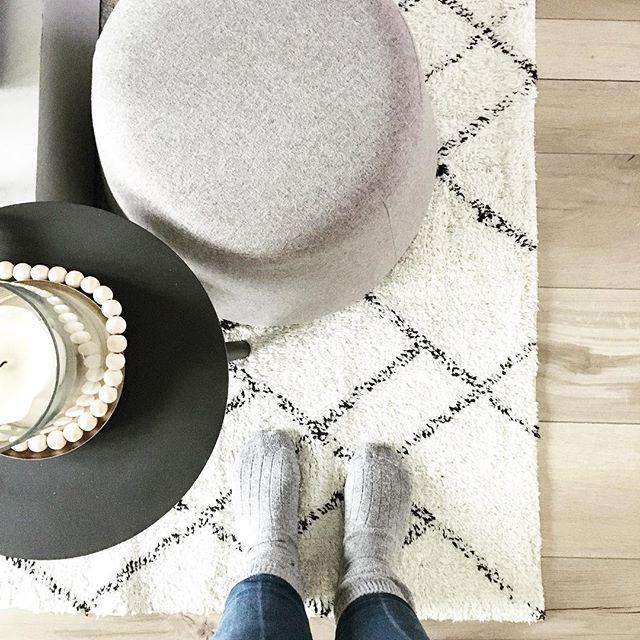 Guten Morgen und einen schönen 3. Advent euch allen! ✨ hier bleibt es heute erstmal gemütlich..Dicke Socken an und ab auf die Couch! 🙌🏽 Wer bleibt heute auch faul? • • @quadratmeterliebe @frecherfaden #challengetime #wiccolddays #wic #cozysunday #sowohnich #skandinavianhome #germaninteriorbloggers #solebich #whiteliving #blackandwhite #minimalism #cozysocks #interiorblogger #interiordesign #slowliving #sharemywestwingstyle #easylikeasundaymorning #goldstück #wohnschmuck #bleibtkuschlig…