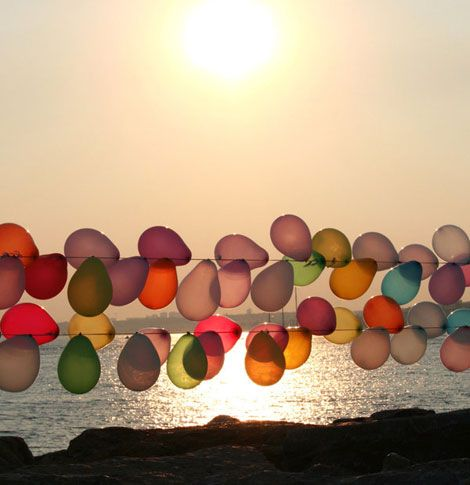 Balloons on a string: Backyards Parties, Balloons Parties, Birthday Parties, Colors, Sunsets, Beach Parties, Outdoor Parties, Parties Ideas, Balloons Garlands