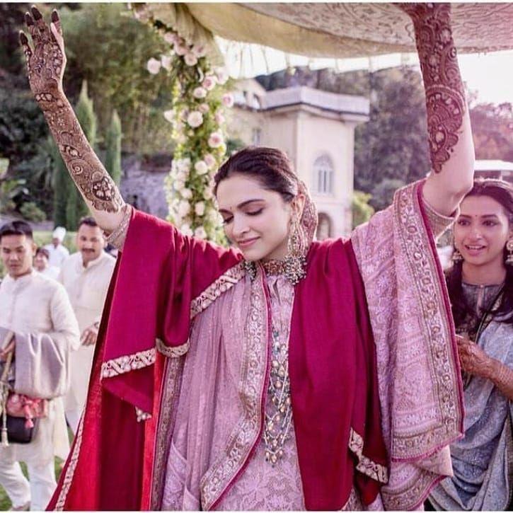 Deepika Padukone And Ranveer Singh Dance Their Heart Out During The Fairytale Mehndi Function Hungr Deepika Padukone Style Bollywood Wedding Deepika Padukone