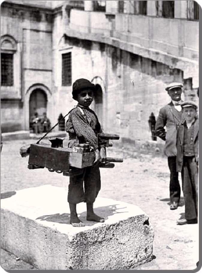 Eminonu Yeni Camii 1930'lar.  https://www.facebook.com/hasatak.timemachine