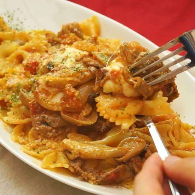 #牛肉とトマトをたっぷり使ったパスタ のレシピです。 チーズのトロトロ感との相性は抜群! おうちで本格イタリアンを楽しみましょう!  材料(1人前) ・牛細切れ肉  50g ・カットトマト缶  100g ・玉ねぎ  1/4個 ・しめじ  1/4パック ・ニンニク  1/2片 ・オリーブオイル  大さじ1 ・パスタゆで汁  大さじ2 ・コンソメ  小さじ1 ・塩こしょう  少々 ・パスタ  1人前(どんな種類でもOK) ・モッツァレラチーズ 30g ・粉チーズ  少々 ・パセリ  少々  手順 1. 玉ねぎを薄切り、しめじは石づきを落としてほぐし、ニンニクはみじん切りにしておく 2. パスタは表記の時間より1分短い時間で茹でる 2. フライパンにオリーブオイルを入れてニンニクを熱し、香りが出たら牛肉を炒める。色が変わったら塩こしょうをして玉ねぎ、しめじも加えてさらに炒める。 3. トマト、パスタのゆで汁、コンソメを加えて煮立たせ、塩こしょうで味を整える 4. 茹でたパスタを加えてよく和える 5. よく混ざったら火を止めて、モッツァレラチーズを投入する…