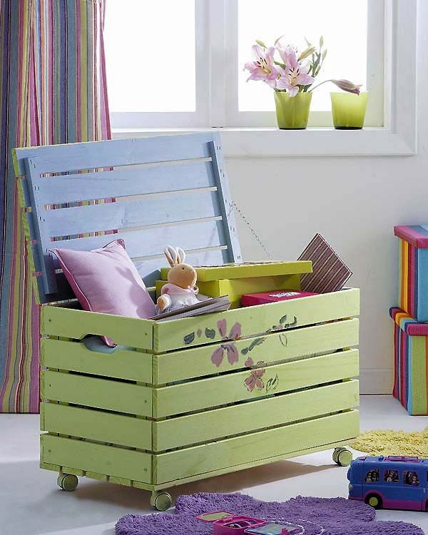 Repurposed pallet into a kids toy box.  Organic kids Products  http://organicproducts.gr8.com