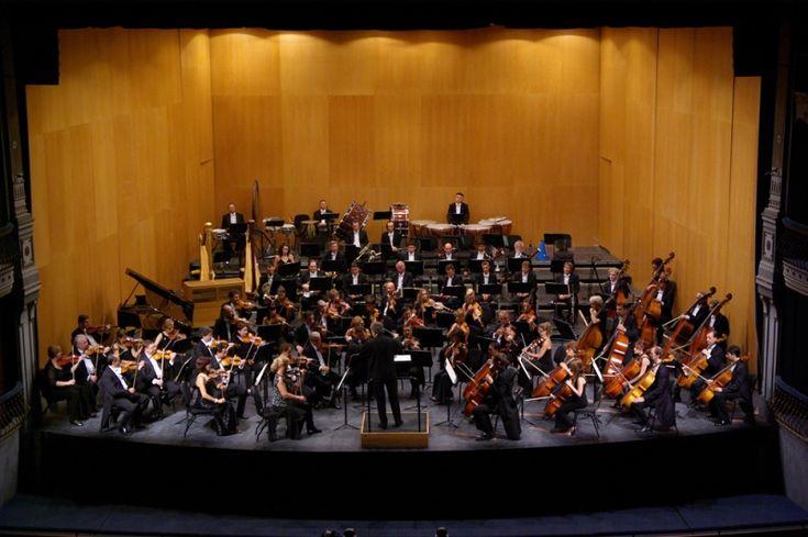 La batuta del director y responsable artístico de la Orquesta Filarmónica de Málaga (OFM), Manuel Hernández Silva, será la encargada de dirigir el nuevo programa del abono de OFM. Una sesión musical que tendrá como escenario el Teatro Cervantes el viernes día 20, a las 20,30 horas, y el sábado día 21, a las 20,00 …
