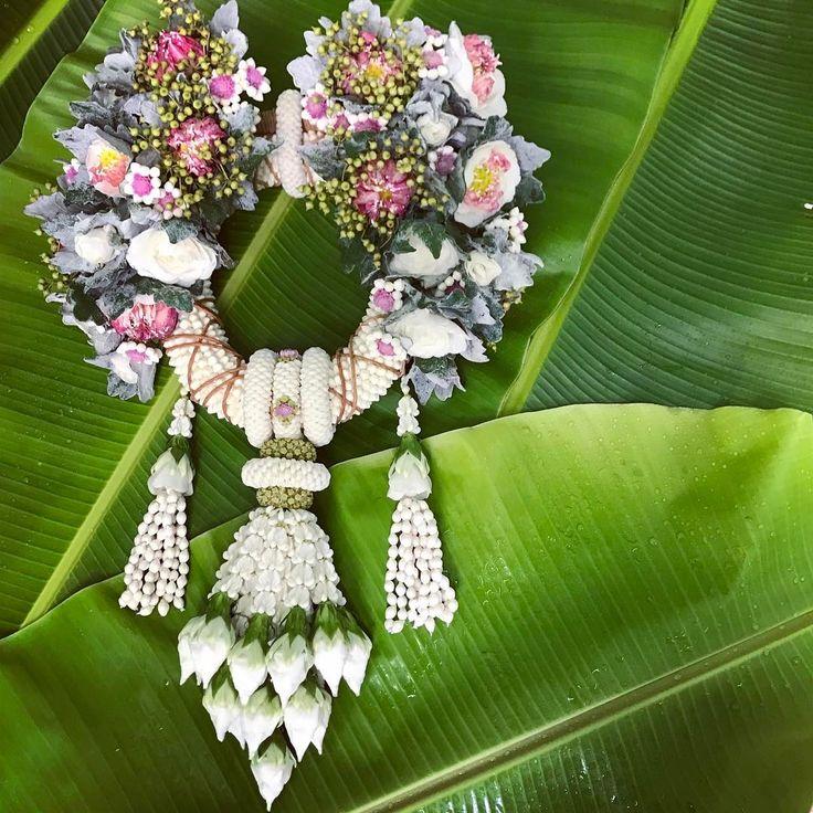 สวยแบบอินเตอร์ จากมือเด็กบ้านๆ ถ่ายทอดออกมาให้สวยงดงามตามจริตจะก้านของช่าง ที่ดูเป็นลายเซ็น ของ บายศรีวิจิตร #ผสมผสานกันอย่างลงตัว #งานดูรู้ว่างานใคร #งานรสนิยม#thaiflowers #wedding