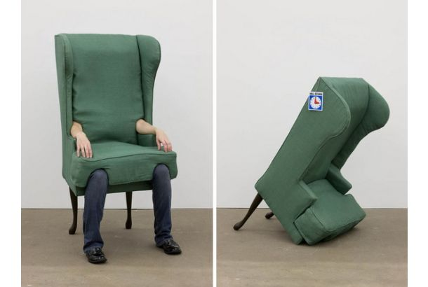 座ることによって椅子になる着ぐるみチェア 「Arm Chair」。Jamie Isensteinの2006年の作品。ウッド、メタル、ナイロン、コットン、そして人間で出来ている椅子。中に入ると、自分の足が椅子の足となり、自分の腕が肘掛となる。発想は面白いが、息苦しそう。