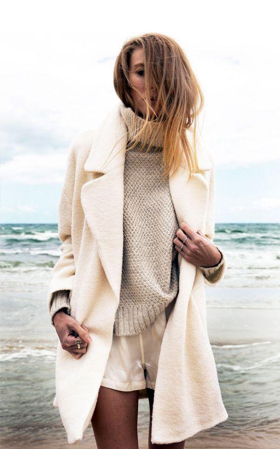 Eh oui! Malgré ce que l'on peut penser, on a le droit de porter du blanc en hiver. Cette année, c'est même presque un must avec la fourrure. Je le sais : les manteaux blancs peuvent intimider par leur couleur un peu plus« osée », mais ils sont plutôt simples à combiner avec d'autres vêtements. Voyez plutôt! Personnellement, je suis fan de cette tendance qui nous changedu classique manteau d'hiver foncé (gris, noir, bleu marine, etc.). J'ai craqué pour un manteau couleur crème qui est…