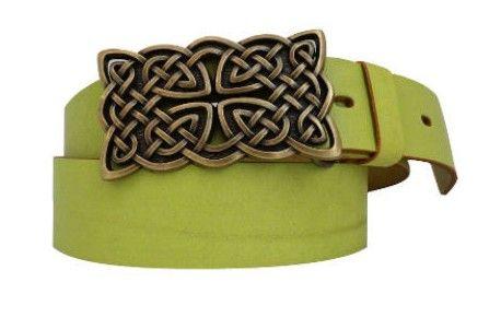 Grüner Ledergürtel in der Farbe limone mit keltischer Schnalle in Messing-Optik.Warum Sie diesen Gürtel kaufen sollten – und zwar nicht nur zum St. Patricks-Day: Das hochwertige Echtleder verleiht dem Gürtel eine hohe Lebensdauer. Die Gürtelschließe mit keltischem Motiv ist perfekt darauf abgestimmt und ermöglicht damit außerdem einen hervorragenden Tragekomfort. Die Schließe ist aus nickelfreiem Metall gefertigt, kann von Ihnen also bedenkenlos jeden Tag getragen werden.