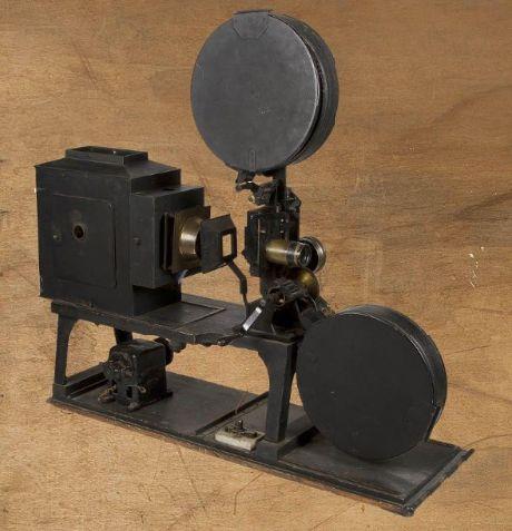 Projecteur #Gaumont 35 mm. Complet avec sa lampe à arc et ses deux bobines portes-film. Entrainement manuel par manivelle ou par moteur électrique Gaumont. Objectif Pathé Extra-lumineux. Corps de la lanterne et support de bobine en tôle d'acier peinte. Vente aux #encheres du 18/04/14 par Ader