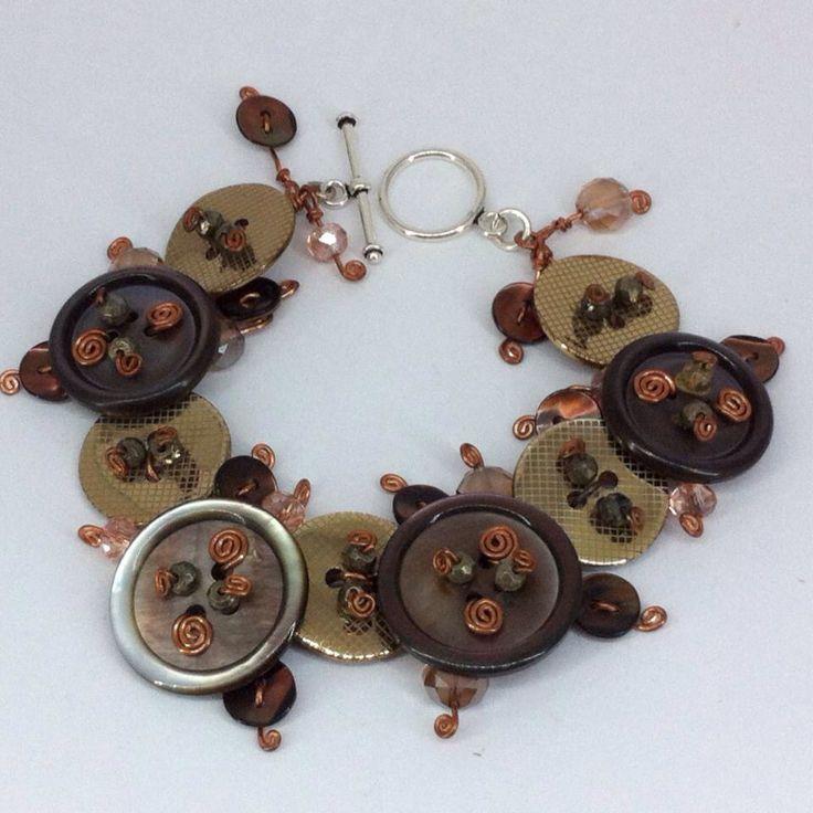 Bracciale con bottoni in madreperla cristalli   pirite rame argento