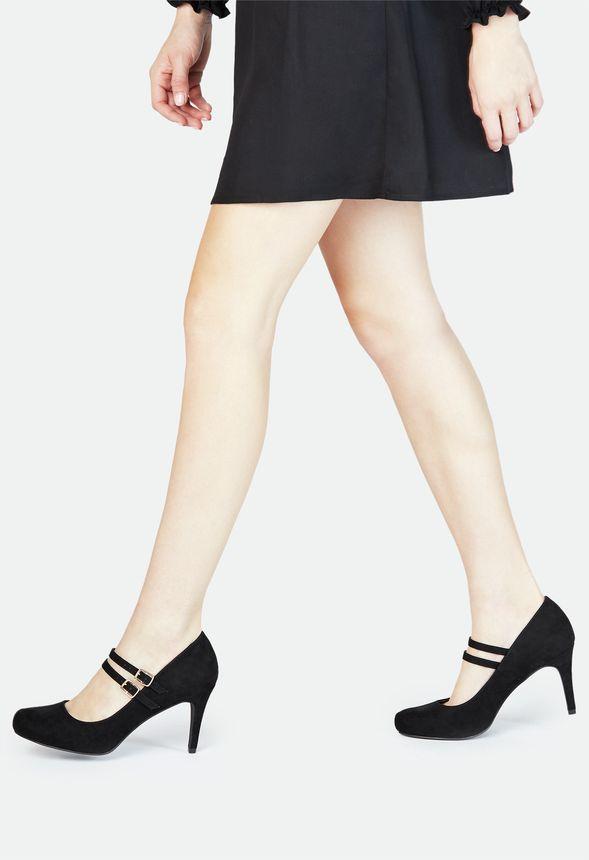 Im eleganten Pump in Mary Jane Silhouette zeigst Du Deine feminine Seite. Dabei sind die feinen Riemchen nicht nur zauberhaft hübsch, sie halten Dich auch rutschsicher im Schuh....