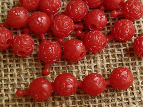 Red plastic rose-shaped pop beads
