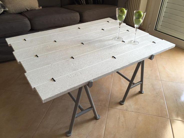 Τραπεζάκι σαλονιού με μεταλλικό πόδι και τάβλες απλάνιστες λακαριστές σε ακανόνιστο σχήματισμο ενωμένες με σχοινί