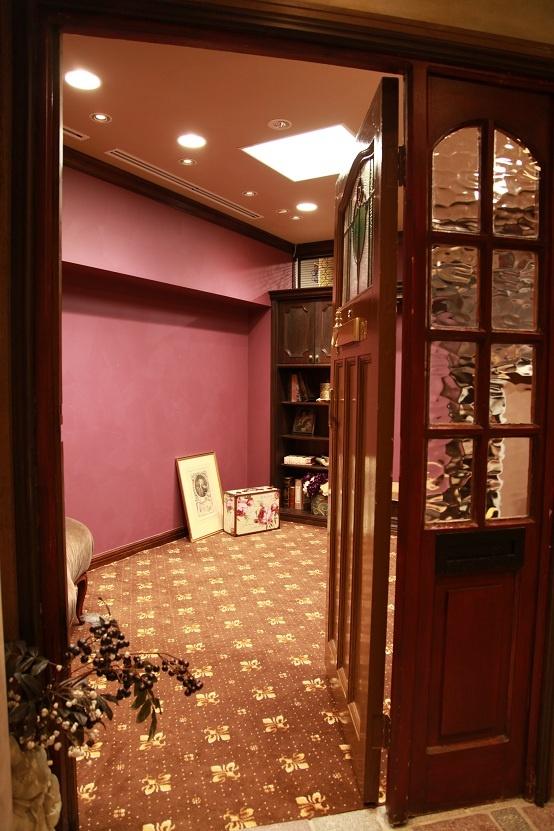 happilyフォトスタジオ:撮影ルーム:Crimson。happilyで一番ラグジュアリーさを感じるアンティークルーム。