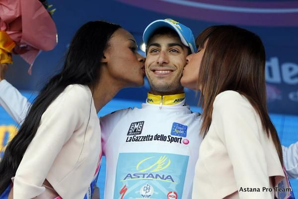 FOTO Fabio Aru baciato dalle damigelle al Giro d'Italia