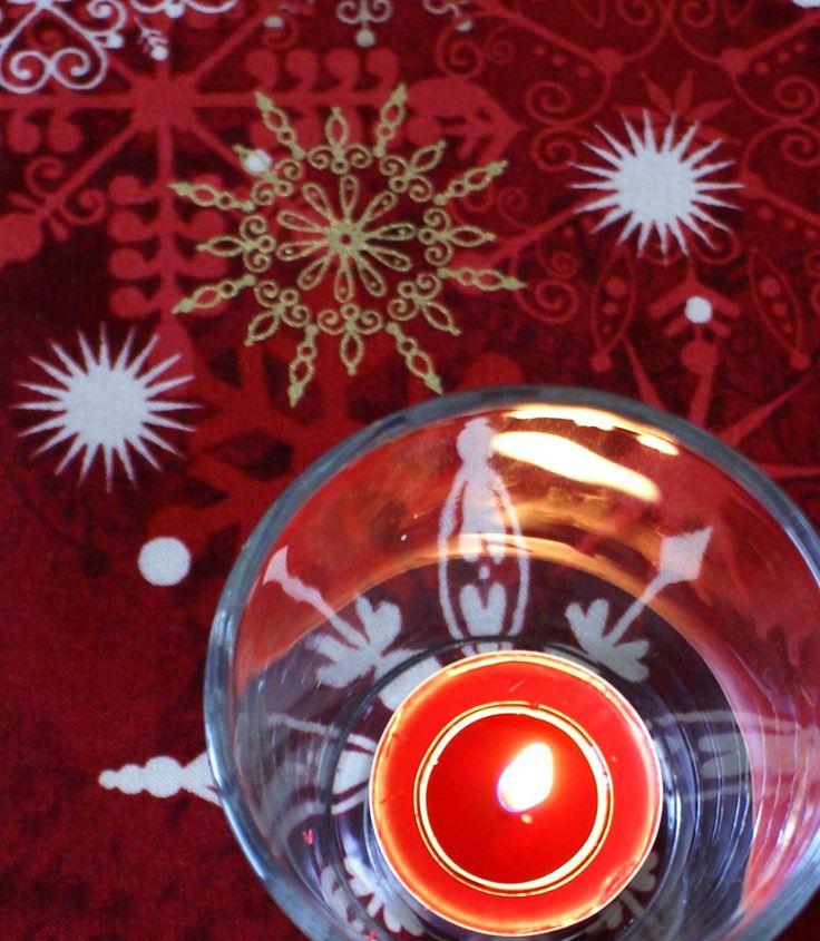 Vánoční ubrus běhoun Stromek Sváteční vánoční ubrus ušitý z panelu látky s vánočními motivy. Barva vínově červená s klasickými ornamenty bílými a zlatými . Velikost: 105 x 54 cm Materiál:bavlna Ubrus můžete dát do pračky na 40, může i do sušičky. K dispozici dva kusy. Cena za jeden kus!!