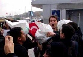 """13-Nov-2014 7:31 - MATROZEN VS AANGEVALLEN IN ISTANBUL. In de Turkse stad Istanbul heeft een groep mensen drie Amerikaanse matrozen aangevallen. De drie waren op verlof en niet in uniform. De groep met Turkse mannen kwam erachter dat het ging om Amerikanen, is te zien in een filmpje dat is verschenen op internet. Een van de mannen roept dat de Amerikanen worden gezien als moordenaars. """"We willen dat jullie vertrekken uit ons land."""" Kort daarna is te zien dat de drie worden geduwd en..."""