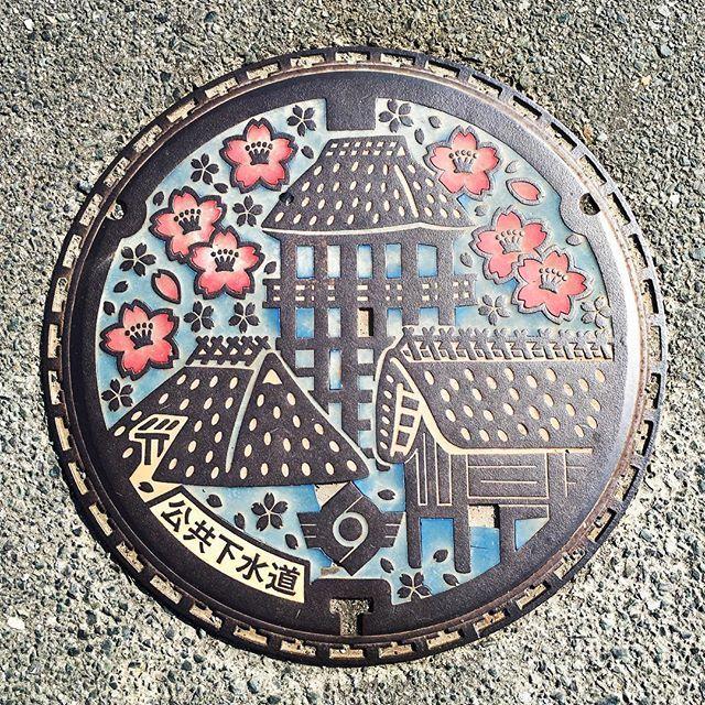 【iku_ikuco】さんのInstagramをピンしています。 《弥生時代の遺跡が発掘されたことから建物群をデザインした、吉野ヶ里のマンホールです。桜が可愛いです🌸 #吉野ヶ里遺跡 #遺跡 #弥生時代 #桜 #佐賀 #マンホール #マンホール倶楽部 #マンホールの蓋 #デザインマンホール #蓋女 #yoshinogari #saga #remain #remainsruins #cherryblossom #manholestagram #manholelove #manholecover #manholejp #manhole #underfoot》