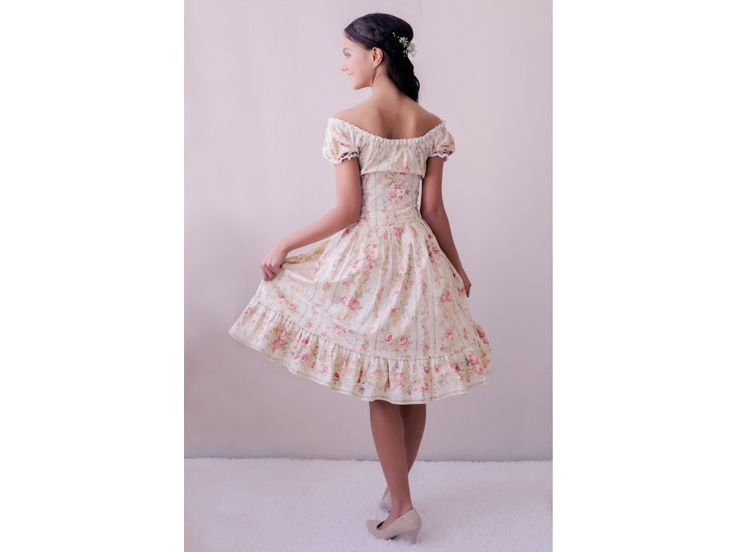 Letní květinové boho šaty. lodičkový výstřih se spadlými ramenami krátké rukávky zdobené bavlněnou krajkou skládaná áčková sukně s volánkem zapínaní na dřevěné knoflíčky a boční zip délka sukně 60 cm