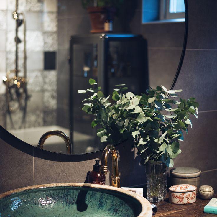 Badrum. Rund spegel. Smålandsvillan - Villa Nybro.