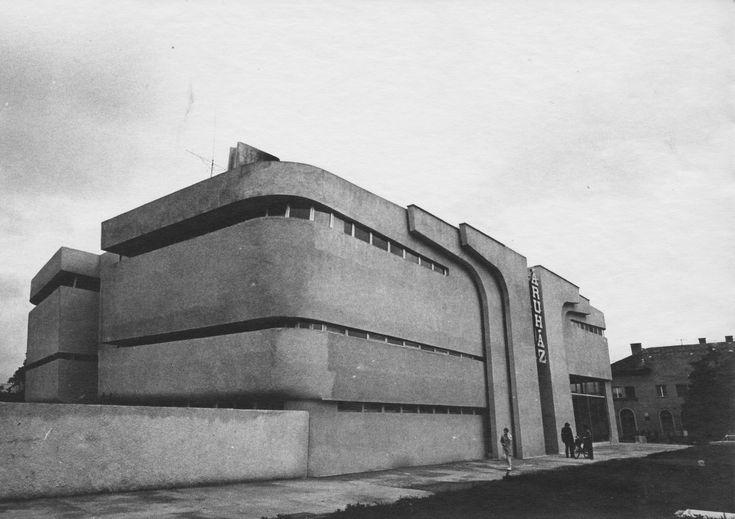 Het Bodrog warenhuis in Sárospatak Hongarije in 1969 gebouwd door architect van organische architectuur Imre Makovecz.