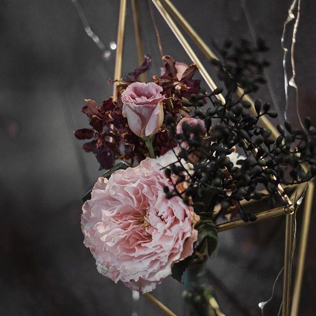 Dear  我們從顏色,察覺到彼此的不同  不忙著浸染,侵略。  學會換個角度、眼神、心情  完整一個畫面,與世界。  婚禮會擁抱所有顏色!  也喜歡白色的會場。  白色唯一討厭的就白巧克力。  #weddingflower #weddingdesign #wedding #flowers #floral #floraldecor #bride #flores #Bouquet #love #geometry #geometryflower #pantonewedding #ColorfulWedding #ColorfulDecor #rainbow #rainbowWedding #painting #paintingFlowers #paintingWedding #婚禮佈置 #婚禮設計 #點點婚禮
