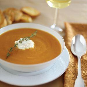 La zuppa radicchio, porro e zucca è un primo piatto autunnale, da preparare con gli ingredienti citati insieme a patate, brodo vegetale e panna, con un tocco di amido di mais per addensare. La cottura è di due ore.