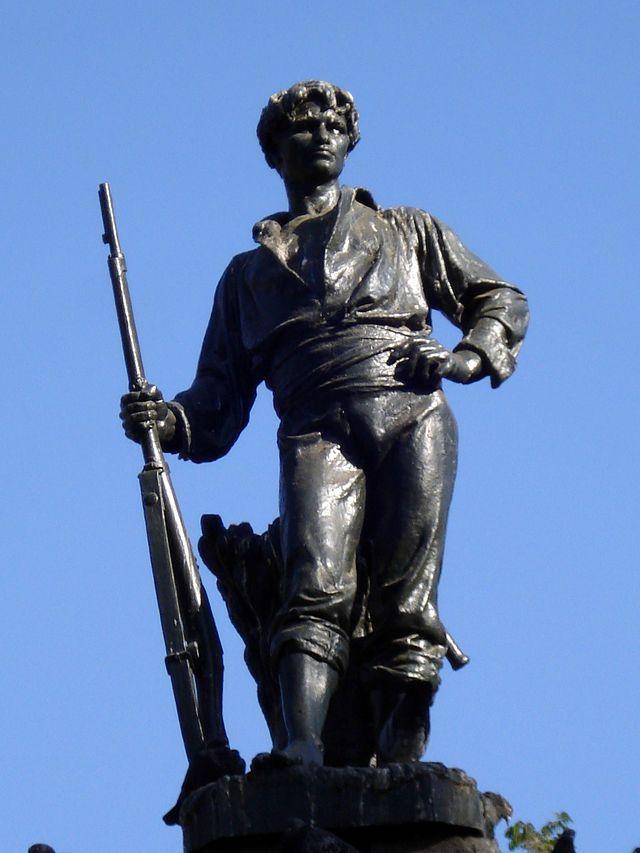 """Monumento al Roto Chileno en Plaza Yungay, Santiago Esta obra del escultor con estudios en París, Virginio Arias, fue inaugurada en una solemne ceremonia en 1888, en el centro de la Plaza Yungay. Aunque su autor nunca lo bautizó de esa forma, la figura, que representa a un joven popular de pie, con la camisa arremangada, un fusil y un saco de trigo a sus pies, se convirtió en el símbolo por excelencia del """"roto chileno"""" y en el principal hito urbano del barrio."""