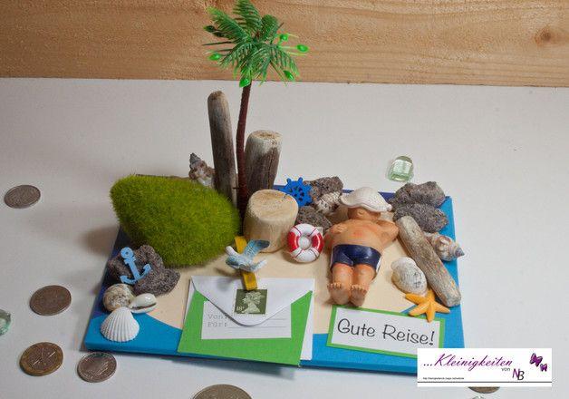 Hübsche 3D Karte mit einem Mann beim Sonnen auf einer Sonneninsel auf dem Meer am Strand mit Muscheln, Steinen und Palmen. Tolle Karte zum Thema: Urlaub, Reise, Urlaubsgeld, schwimmen,...