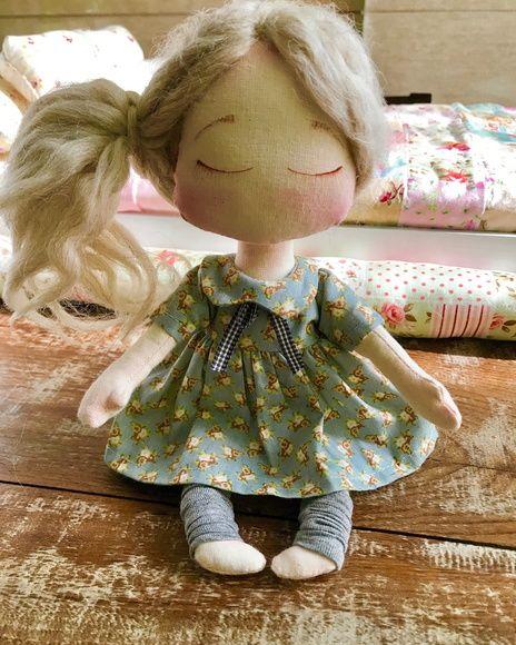 Boneca confeccionada em tecido 100% algodão, o vestidinho pode ser trocado.
