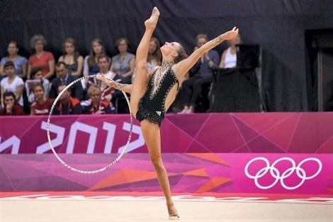 Delphine Ledoux est 9e après deux épreuves.  Delphine Ledoux, née le 15 mai 1985 à Calais, est une gymnaste rythmique française. Elle est championne de France depuis 2005.  Elle a participé aux JO 2012 à Londres