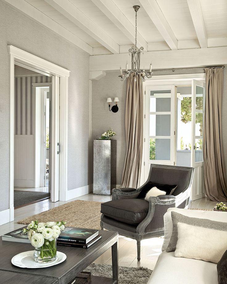 Salón de corte clásico con butaca gris, techos de madera blancos, paredes grises, cortinas color topo y lámpara de techo de lágrimas de cristal_268079