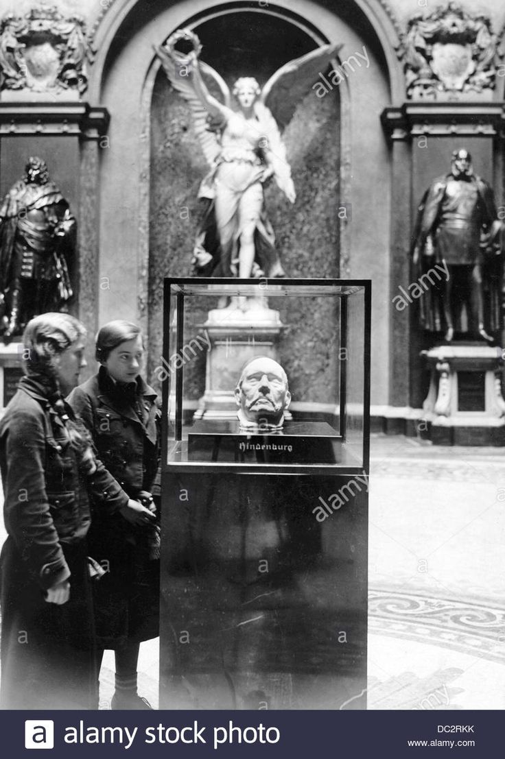 Two girls look at the death mask of the Reich President Paul von Hindenburg (died in 1934) produced by the sculptor Josef Thorack, in the Ruhmeshalle (Hall of Fame) in the Zeughaus in Berlin, Germany, 12 January 1935. Photo: Berliner Verlag/Archiv