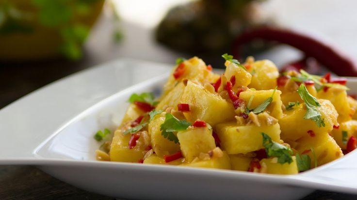 Sałatka z ananasa to szybka i łatwa w przygotowaniu sałatka w tajskim smaku i kolendrze - Przepis Video - Smakowało? Zostaw nam swój komentarz :)