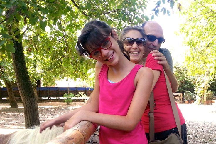 Giada con i nostri volontari Elena e Max. #bambini #famiglie #animali #disabilità #estate #oasisantalessio #FondazioneAriel