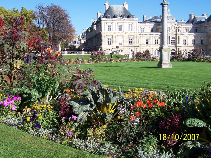 Paris' Palais du Luxembourg and part of the adjacent Jardin du Luxembourg, complete with ornamental silver beet and chard! A very nice touch.