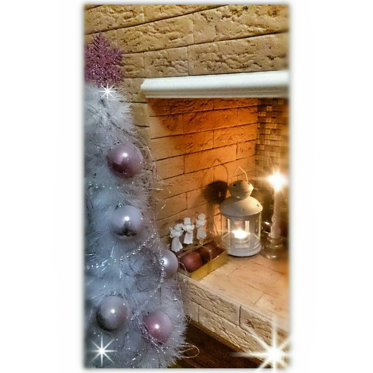 Новогодний декор. Новогодний декор витрины магазина.Ёлочка из мишуры своими руками. Белая ёлочка. Бело-розовый декор ёлки. Перламутровые елочные игрушки. Декоративный камин своими руками