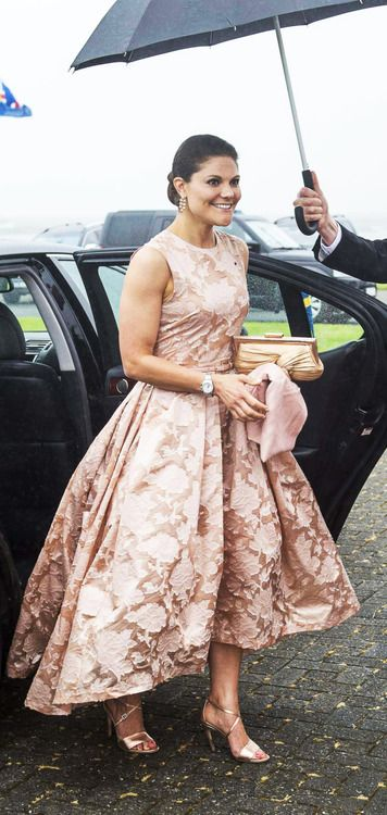 Crown Princess Victoria sure love her some HM, the Princess wore the same version of the HM Conscious Collection dress that she wore in black on the state dinner held for her this week on her two day visit to Iceland.